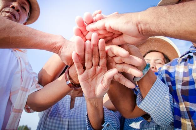 Ouderen hebben samengewerkt om elkaar te ontmoeten, te socialiseren en gelukkig te leven met pensioen.