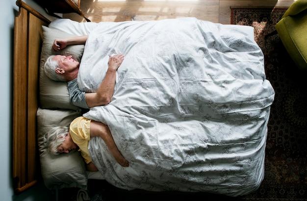 Ouderen kaukasische paar slapen