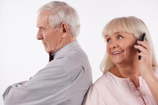 Ouderen paar interactie met smartphones.