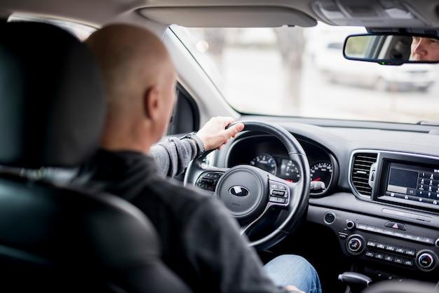 Ouderen zakenman rijden