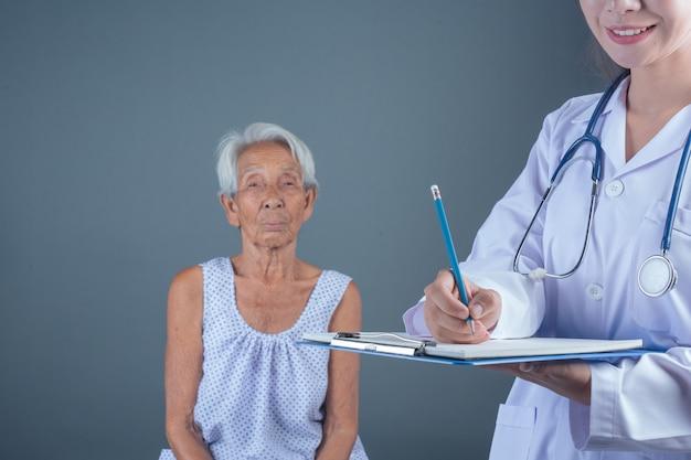 Ouderengezondheidscontrole met jonge verpleegster.