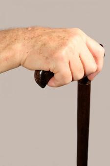 Ouderling hand met wandelstok