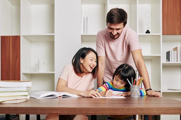 Ouders brengen tijd door met dochter