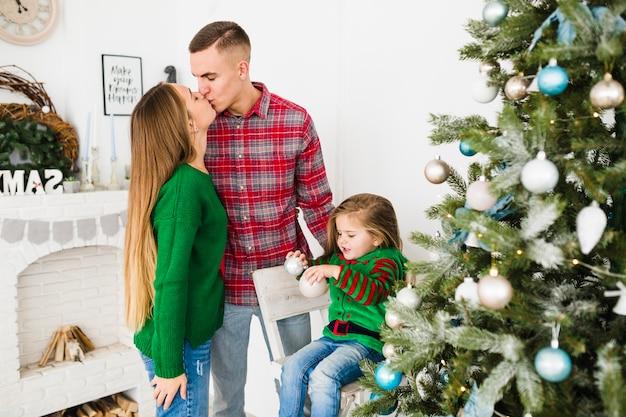 Ouders die bij kerstmis kussen