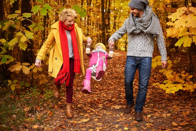 Ouders die dochter in de lucht tillen