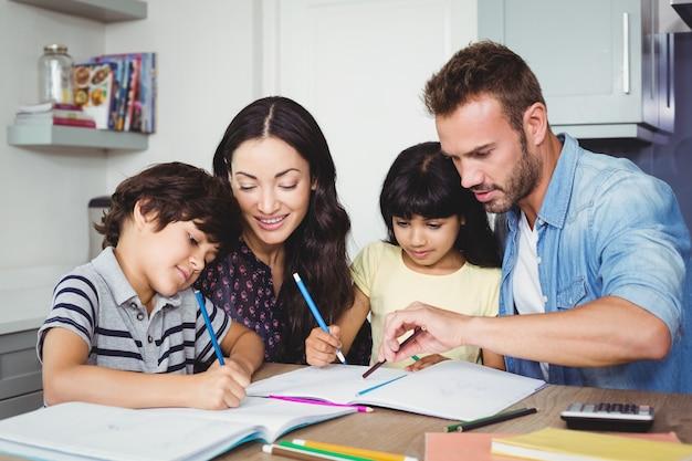 Ouders die kinderen helpen bij het maken van huiswerk