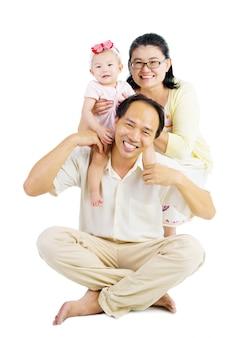 Ouders die meeliften met hun lieve dochter.