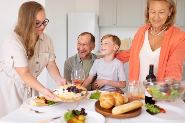 Ouders die thuis tijd doorbrengen met hun dochter en kleinzoon