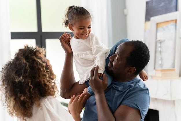 Ouders die thuis tijd doorbrengen met hun dochter