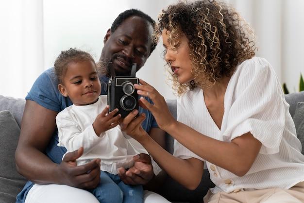 Ouders die thuis tijd doorbrengen met hun dochtertje
