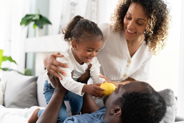Ouders die thuis tijd doorbrengen met hun kleine meisje