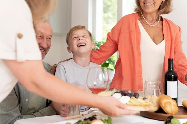 Ouders die tijd doorbrengen met hun dochter en kleinzoon