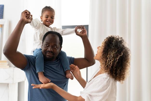 Ouders die tijd doorbrengen met hun dochter
