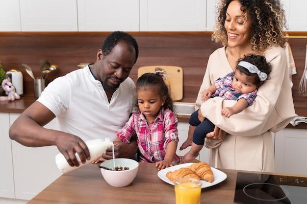 Ouders die tijd doorbrengen met hun kleine dochters