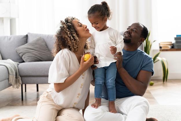 Ouders die tijd doorbrengen met hun kleine meisje Gratis Foto