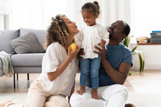 Ouders die tijd doorbrengen met hun kleine meisje
