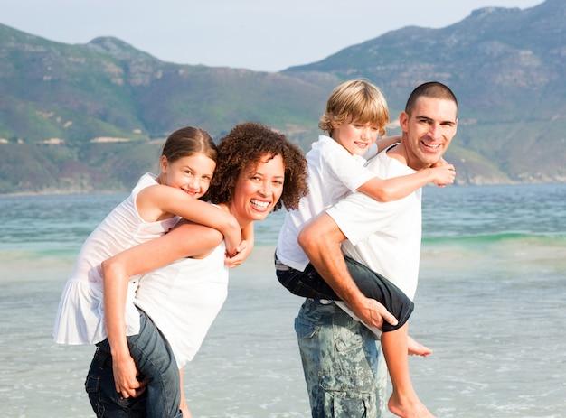 Ouders die twee jonge kinderen meeliften