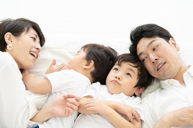 Ouders en 2 kleine jongens die dicht bij elkaar liggen