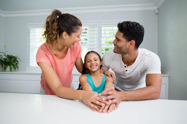 Ouders en dochter interactie met elkaar in de keuken