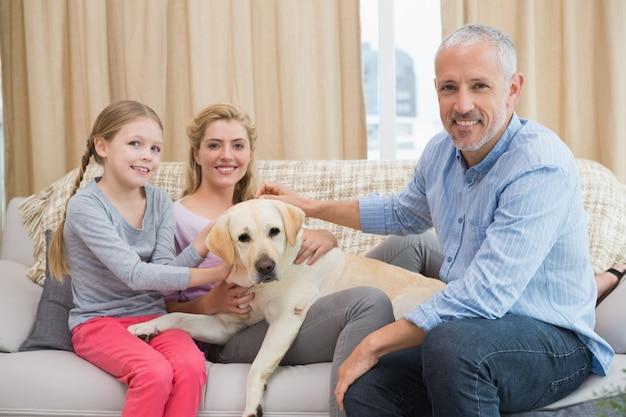 Ouders en dochter met huisdier labrador
