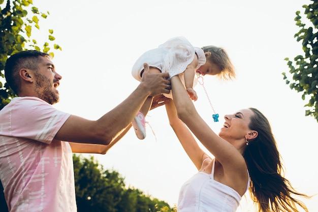 Ouders en kind hebben plezier tijd doorbrengen