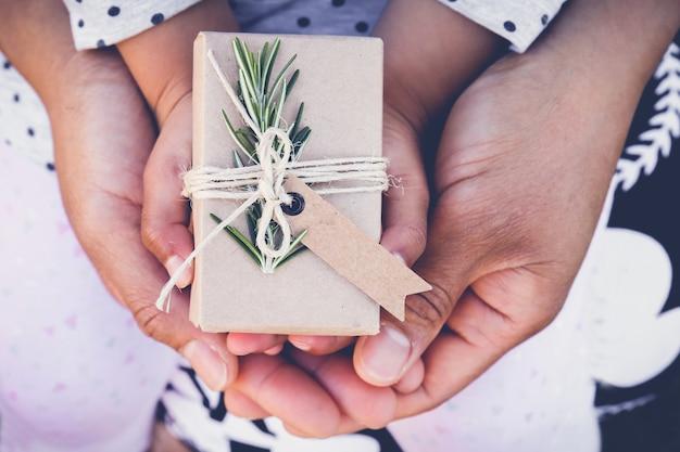 Ouders en kind houden eco-geschenkdoos