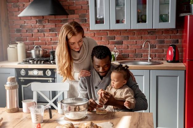 Ouders en kind in keuken medium shot