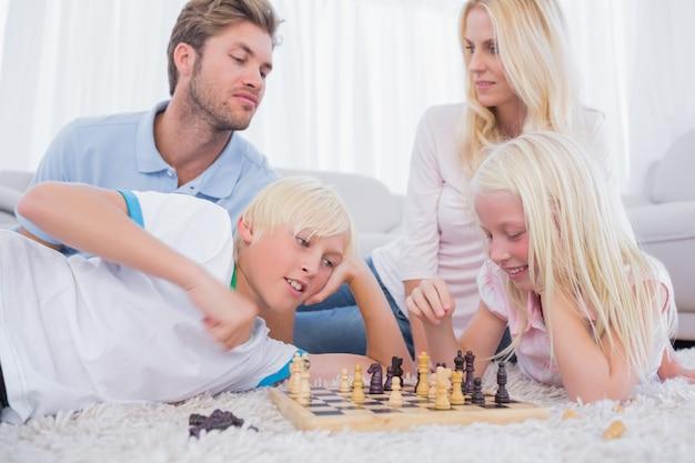 Ouders en kinderen die schaken
