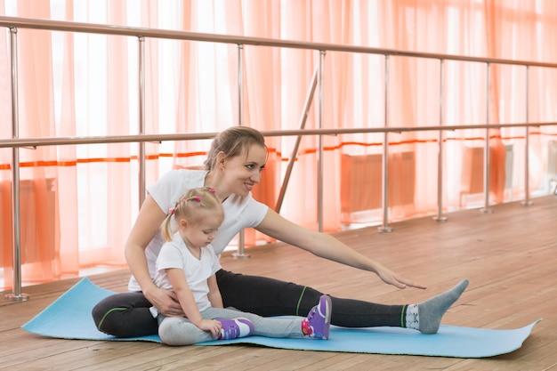 Ouders en kinderen gaan sporten.