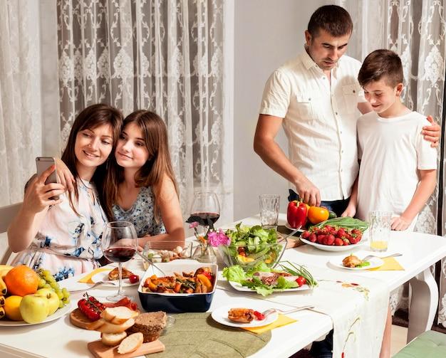 Ouders en kinderen genieten samen van het diner