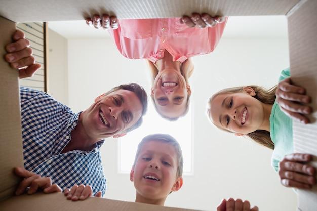 Ouders en kinderen hebben plezier in de woonkamer