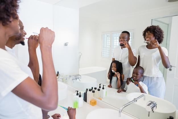 Ouders en kinderen hun tanden poetsen in de badkamer
