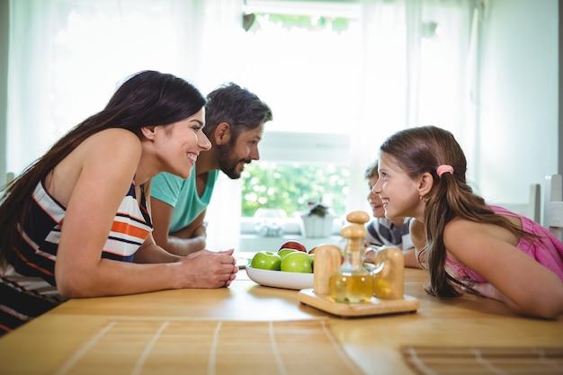 Ouders en kinderen kijken van aangezicht tot aangezicht en glimlachen
