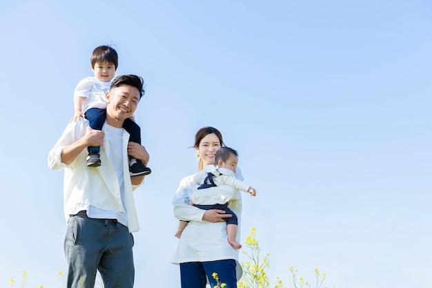 Ouders en kinderen lopen met een glimlach onder de blauwe lucht