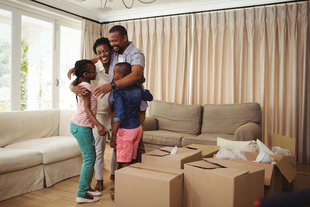 Ouders en kinderen omhelzen elkaar