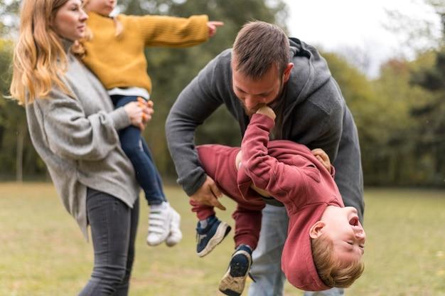 Ouders en kinderen spelen samen