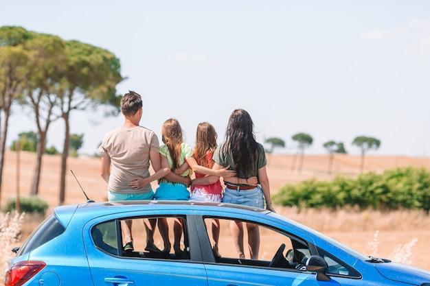 Ouders en twee kleine kinderen op zomervakantie auto