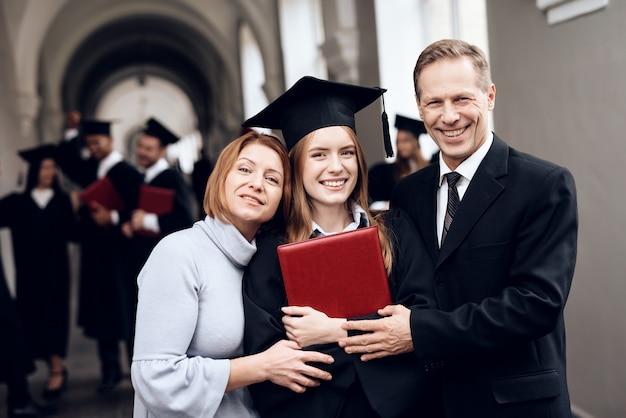 Ouders feliciteren de student, die zijn studie beëindigt.