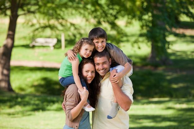 Ouders geven kinderen een piggyback