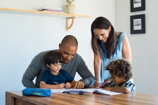 Ouders helpen kinderen met huiswerk