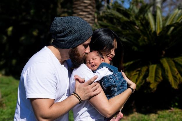 Ouders houden het kind in hun armen