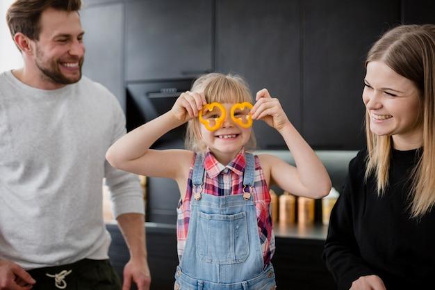 Ouders kijken naar grappig meisje