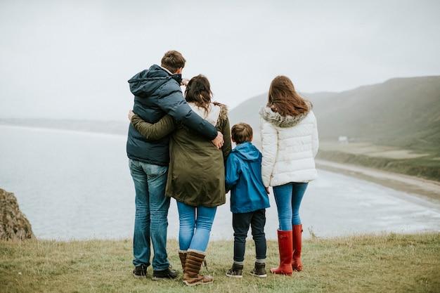 Ouders met hun kinderen die naar de oceaan kijken