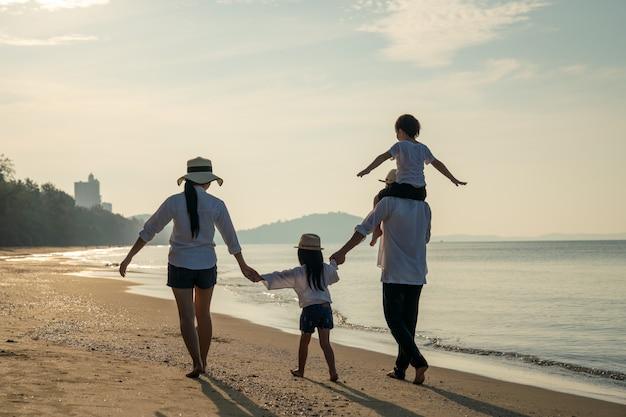 Ouders met kinderen genieten van vakantie op het strand