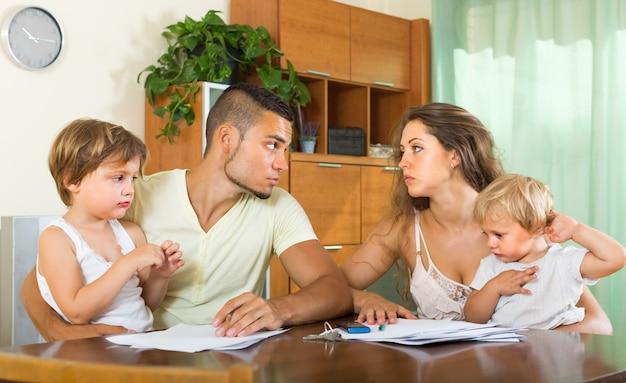 Ouders met kinderen hebben ruzie
