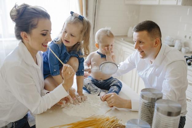 Ouders met kinderen in de keuken