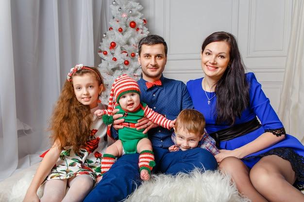 Ouders met kinderen in een kerst fotosessie