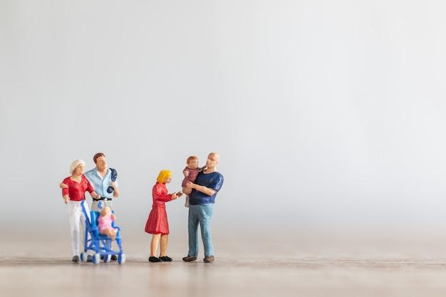 Ouders met kinderen lopen buiten