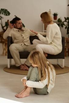 Ouders ruzie terwijl dochter luistert. echtscheiding, gezinsproblemen