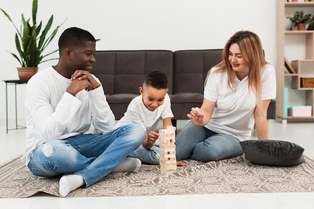 Ouders spelen een spel met hun zoon